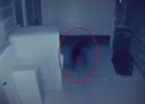 【動画】家に幽霊が出るのでカメラを仕掛けたら世にもおぞましいものが記録されていた