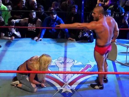 【狂気】女子プロレスラー、男性プロレスラーにガチで破壊されてしまう・・・(動画あり)