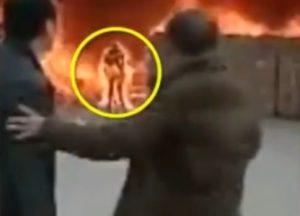 【閲覧注意】火災現場。女「あ、中に携帯忘れた!取りに行かなきゃ」 ⇒ 結果・・・(動画)