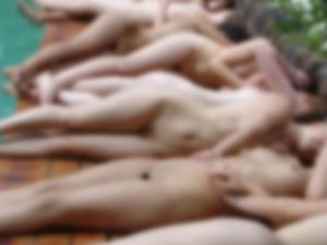 """【画像】10代少女たちの """"全裸プールパーティー"""" 、ガチで全裸だったwwwwww"""
