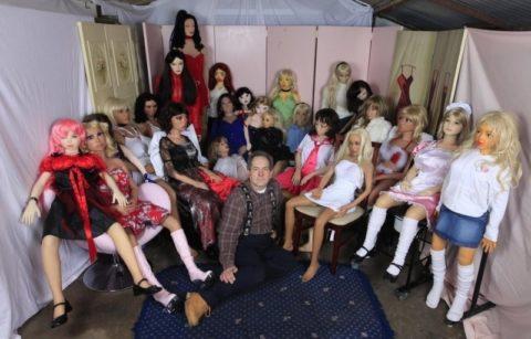 【衝撃画像】セ○クス人形と一緒に暮らしていた独身男性の死に方・・・・・