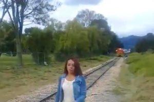【閲覧注意】電車と自撮り少女、恐ろしい結末を迎える…(動画あり)