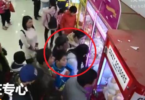 【動画】UFOキャッチャーしてる少女、おじさんに体を触られまくるwwwwww