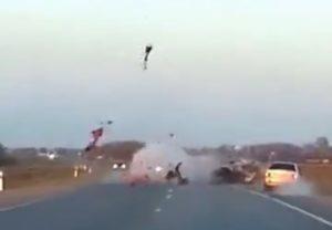 【閲覧注意】バイク事故で10m吹き飛んだ「この動画」のドライバー、画像がアカン…