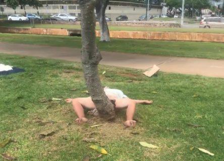 【激写】公園に下半身裸でイキまくってる女がいるんだがwww(動画あり)