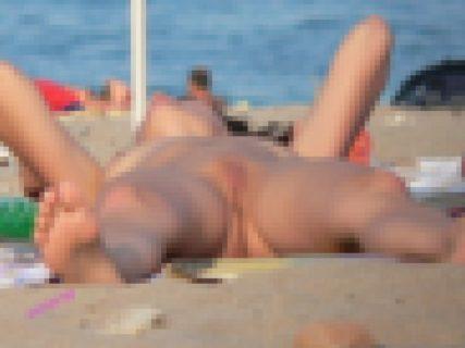 【激写】ヌーディストビーチで美少女が開脚したまま寝ちゃった結果wwwww(画像あり)