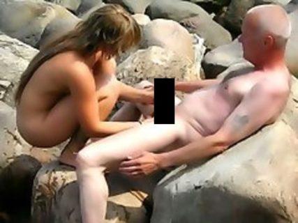 【闇深】ヌーディストビーチに美少女連れてきてるおじさん盗撮してたら…(画像)
