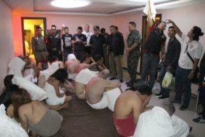 【画像あり】乱交パーティー中に逮捕された男女の写真がかわいそう過ぎると話題にwwwwww