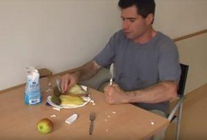 【超狂気】「チック症」の成人男性に密着したらヤバすぎた…(動画あり)