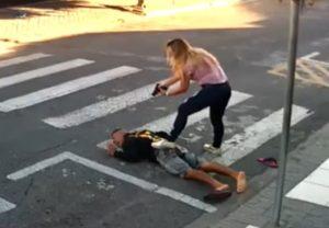 """【衝撃映像】""""世界最強の母親"""" 、拳銃強盗を一瞬で殺してしまう・・・"""