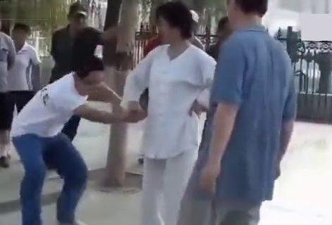 【驚愕】カンフーマスターの女、成人男性3人がかりでも全く勝てないwww(動画あり)