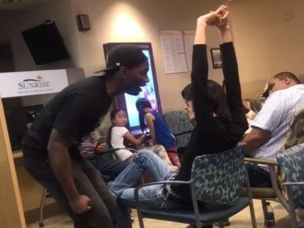 【衝撃】ヒョロヒョロのアジア人がアメリカで黒人にケンカを売った結果wwwww(動画あり)