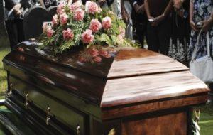 息子の葬式で棺桶を運んでいた父親の顔面に棺桶が落下、父親が死亡する映像が世界中で話題に