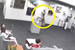 【悲報】家族と美術館を訪れた5歳の子供、2000万円の彫像に抱きつき破壊www(動画あり)