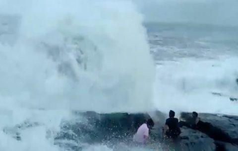 【衝撃映像】海にいるこの男女3人に今からヤバい事が起こります・・・・・・