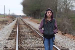 【衝撃映像】イヤホン付けたまま踏切を渡ってる女の子に今からヤバい事が起こります・・・・・
