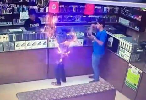 【超恐怖】ガス漏れ中の携帯ショップでタバコを吸ったらこうなる…