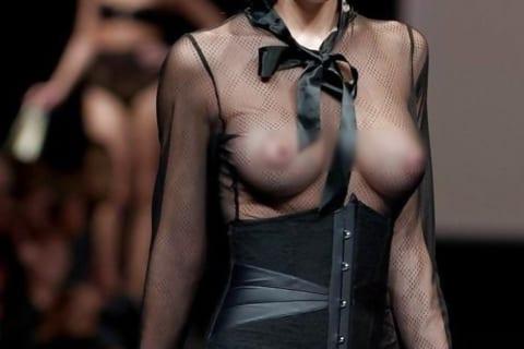 【画像】ファッションショーの巨乳モデル「下着はつけちゃダメなんですか!?」 ⇒ 結果…
