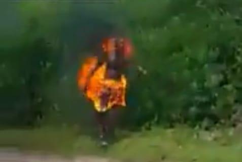 """【閲覧注意】この前の女性が泣き叫ぶ動画。新たに公開された """"10秒前の動画"""" がヤバすぎる"""