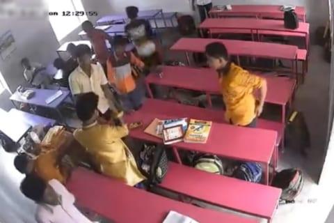 【狂気】教室で「この映像」が撮影された後、高校生1人が変死体となって発見されたらしい
