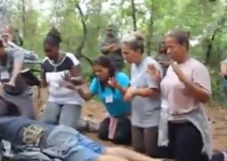 【閲覧注意】山の中で4人の女が並べられた。これから何が起こるか(動画あり)