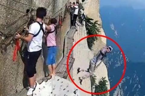 【超狂気】世界一危険な道「長空桟道」(標高2000m)から飛び降り自殺した人物が世界中で話題に