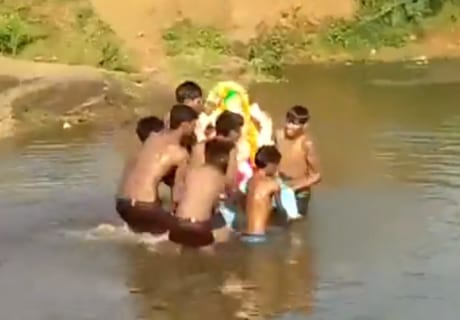 【閲覧注意】ヒンドゥー教の神の像を川に沈める儀式で子供たち4人が溺死 インド