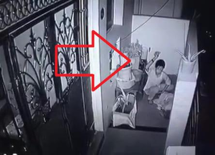 【狂気】外で寝ていたおじいちゃんの頭を壊し続けるヤバい不審者が現る…(動画)