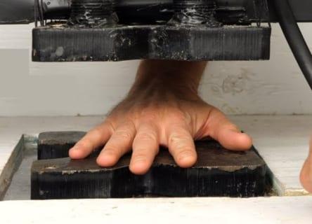 【閲覧注意】YouTubeによく出てくる「油圧プレス」で人間の指を潰した結果・・・(ガチ動画)