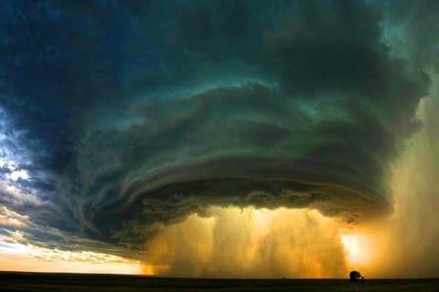 【驚愕】赤ちゃんを「竜巻」と「雹の嵐」から守ったお母さんの体をご覧ください…(画像)