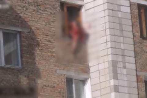【閲覧注意】自分の体をナイフで何回も刺し、6階から飛び降りても死なない不死身男現る…