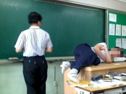 """【悲報】ヤンキー高校生、""""強すぎる先生"""" にボコボコにされてしまうwww(動画あり)"""