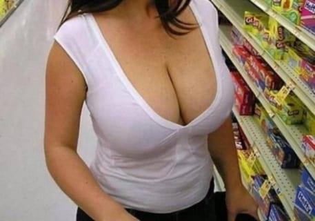 【画像あり】スーパーで男達を勃起させるこういうスケベ人妻wwwwwwww