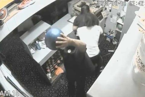 【衝撃】ボウリングの球を人間の頭にフルスイングしたらこうなる・・(動画あり)