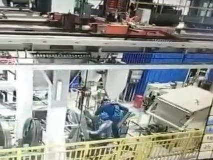 【閲覧注意】工場作業員さん、物凄い力で潰される(動画あり)