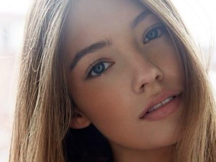 【画像】人気美女モデル(24)、撮影中のポロリを流出させられてしまう… これは可哀想