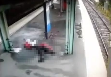 【閲覧注意】電車に撥ねられた男性、駅のホームにある時刻表で真っ二つになる(衝撃動画)
