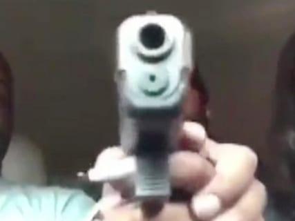驚愕の生配信。お父さん、娘の彼氏を拳銃で撃ち殺してしまう…(動画あり)