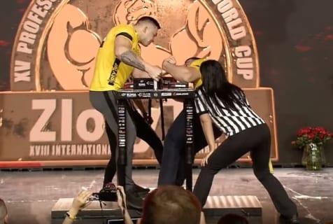 【閲覧注意】TV中継された腕相撲大会で放送事故。「パキッ!」という快音と共に…