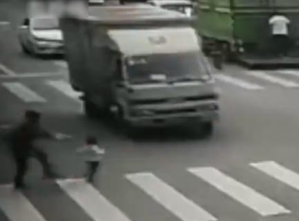 【閲覧注意】幼児が楽しそうにトラックに飛び込んでいく動画が怖すぎると話題に