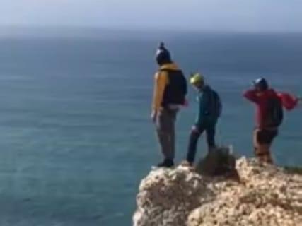 世界中で話題の動画。80mの崖からベースジャンプした観光客のパラシュート、開かず