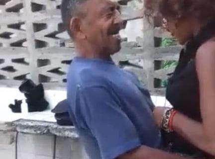 【狂気】海外の路上売春婦に30秒で中出しするおじさん現る…!(動画)