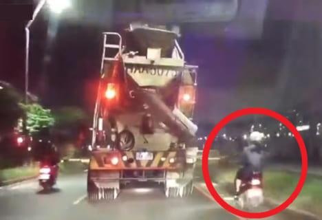 【閲覧注意】バイクを運転していた女の子、爆発してしまう(動画あり)