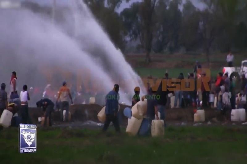 【閲覧注意】メキシコで石油を盗もうと集まった人々が大爆発により66人死亡。映像が衝撃的すぎる…