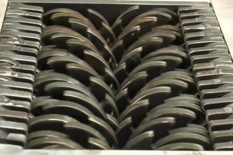 【閲覧注意】工場作業員、巨大シュレダーに巻き込まれ人間ではなくなる・・・(動画あり)