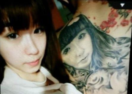 【超絶悲報】DQNさん、背中に「彼女の顔写真タトゥー」を彫るもフラれてしまう…(画像あり)