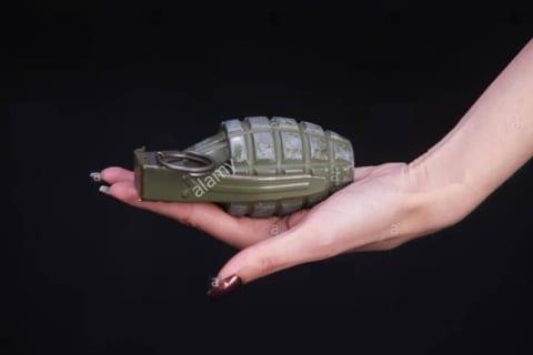 【閲覧注意】女さん、バスに投げ込まれた手榴弾が何か分からず手に持ってしまった結果…(動画)
