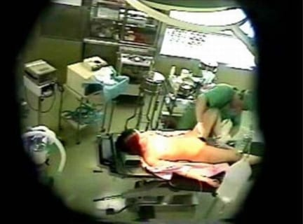 【画像】麻酔科医、「この女性」を麻酔で眠らせている間、たまらずレ●プしてしまう