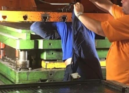 【超!閲覧注意】即死した工場作業員を機械から取り出したら・・・・・(画像あり)