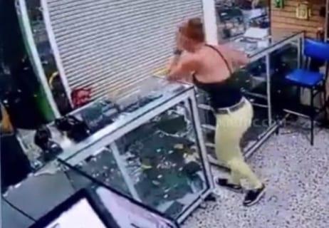 【衝撃映像】警察官が彼女の目の前で拳銃自殺、一生消えないトラウマを植え付けあの世へ